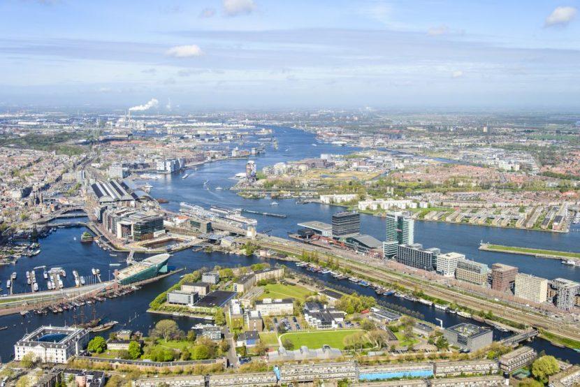 Overzicht Marineterrein en omgeving, linksbeneden het Scheepvaartmuseum, Kattenburg, de IJtunnel en museum Nemo, verder Oosterdokseiland, Centraal Station. Boven in beeld het IJ, Amsterdam West en Noord.