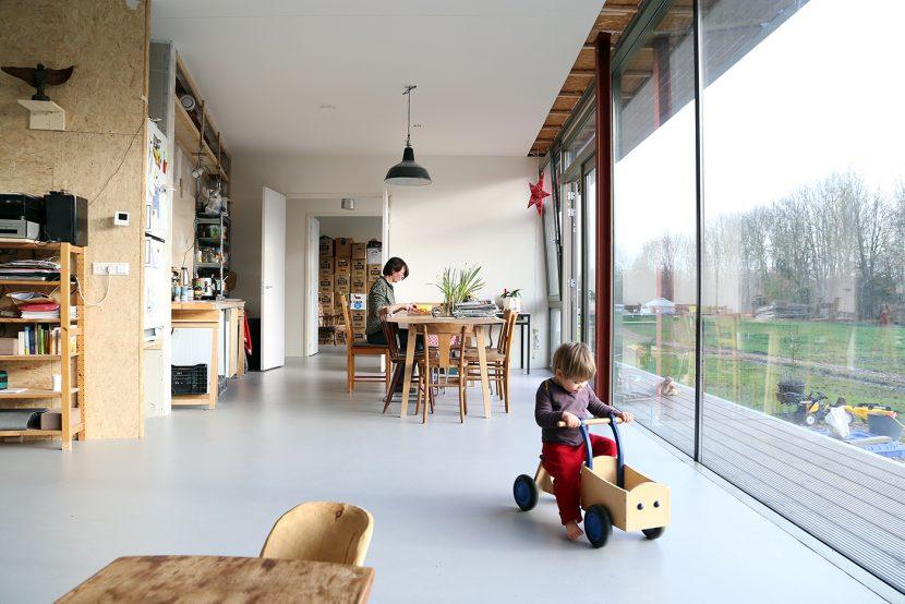 In het landelijke gebied Almere Oosterwold ontwierpen bureau SLA en Zakenmaker 9 woningen in een 100 meter lang gebouw waarbij de bewoners 160 vrij indeelbare vierkante meters kregen. collectief particulier opdrachtgeverschap (CPO)