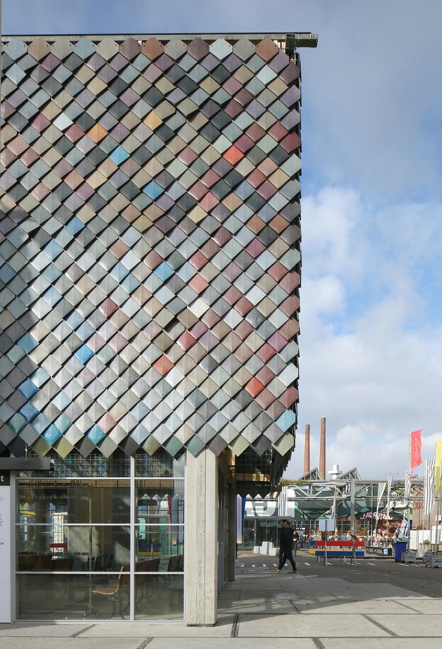Het People's Pavilion is de centrale ontmoetingsplek voor creatieve denkers en doeners uit de hele wereld. Het paviljoen is een 100{ee4c3cb0bd87c2083c0b1c638df38a529aacf8583b6627f418dce23f63f12836} circulair gebouw: bij de bouw gaan geen grondstoffen van onze aarde verloren. De ontwerpers van bureau SLA en Overtreders W hebben hier een geheel nieuwe invulling aan gegeven: alle materialen die nodig zijn voor het maken van het 250 m2 grote gebouw zijn geleend. Van leveranciers en producenten, maar ook van bewoners uit Eindhoven.